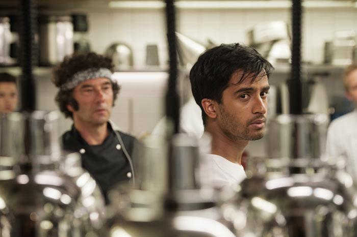Der Koch Maravan (Hamza Jeetooa) schuftet in einem Nobelrestaurants als Küchenhilfe und träumt vom eigenen Lokal