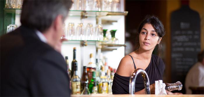 Paul und Lou begegnen sich in der Bar