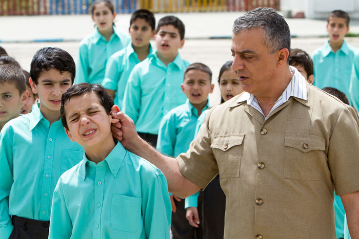 Eyad-als-kleiner-Junge-in-der-Schule-mit-seinem-Lehrer