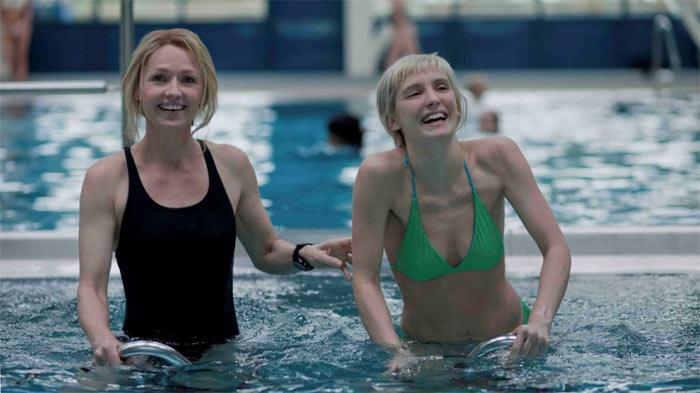 Kurz nach dem die beiden Frauen wissen, das Melody schwanger ist, besuchen sie gemeinsam ein Schwimmbad