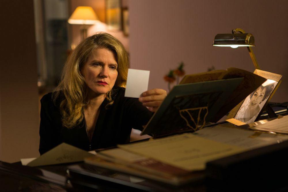 Die Opernsängerin starrt auf das Foto, welches sie von Sophie erhalten hat