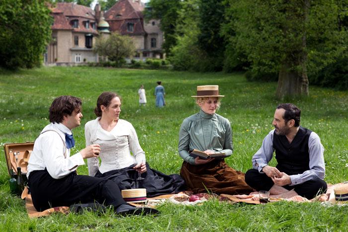 11. Lou (Katharina Lorenz, 2. von links) lernt ihren späteren Ehemann Friedrich Carl Andreas (Merab Ninidze, rechts) kennen.