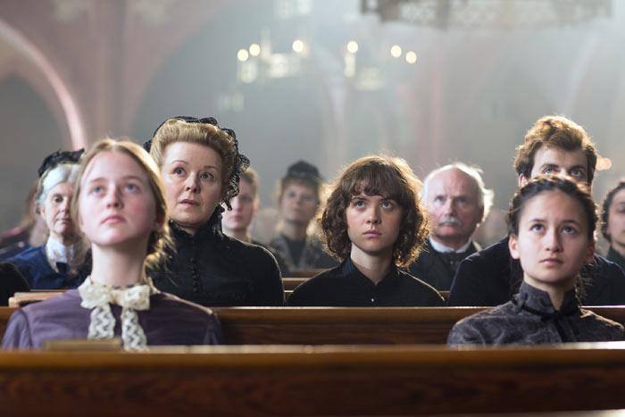 Die junge Lou (Liv Lisa Fries) hinterfragt den christlichen Glauben