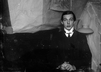 Ernst Ludwig Kirchner Selbstporträt in der Atelierwohnung in Berlin-Friedenau, 1913/1915 Glasnegativ, 13 × 18 cm Kirchner