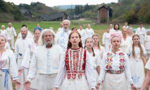 """MIDSOMMAR – """"Folk Horror"""" im strahlenden Licht"""